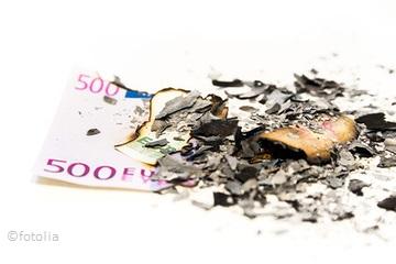 verbranntes Geld mit Asche
